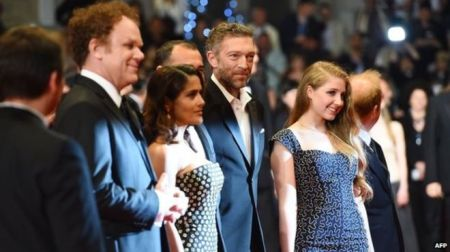 Bebe sul red carpet di Cannes con Vincent Cassel, Salma Hayek e John Reilly (courtesy of bbc.com)